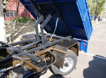 <p>Самосвальный кузов используется для перевозки навалочных, сыпучих и иных грузов, имеет три откидных борта.</p> <p>Грузоподъемность до 2 т;<br /> Высота погрузки — 1050 …</p>